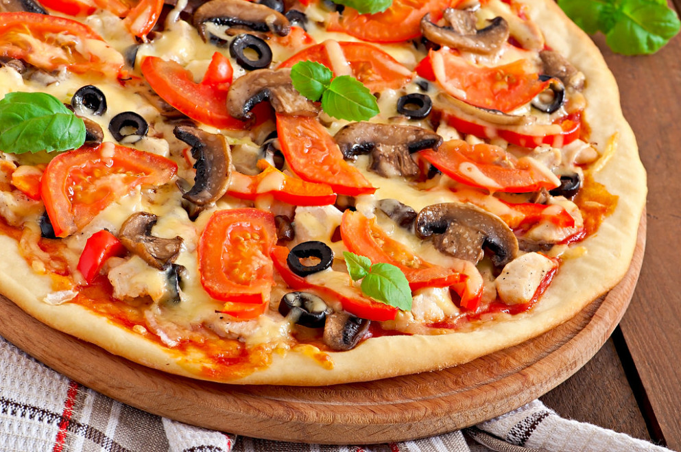 Appetizing pizza with chicken, tomatoes, peppers and mushrooms - recipes italian dinner party