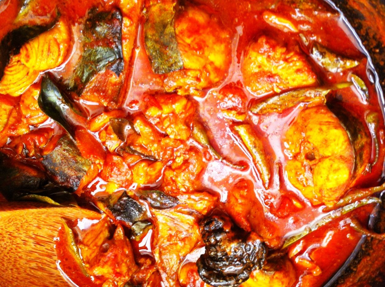 Kingfish Curry with gambooge in clay-pot - Ney meen chatty ..