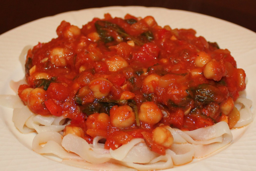 Pasta Sauce with Chickpeas, Zucchini, Spinach, Red Peppers, and Fresh Oregano - vegan recipes dinner zucchini