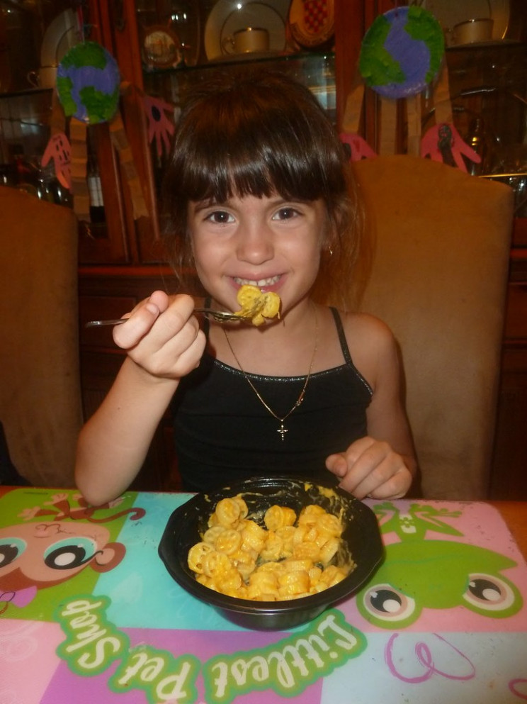 picky eater eating Kidfresh mac and cheese by _mom to 2 posh lil divas - healthy recipes picky eaters