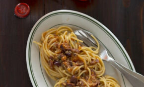 Spaghetti Alla Puttanesca / Spaghetti With Tomatoes, Capers, Olives, Garlic, And Anchovies / 酸豆番茄酱意大利买心面 – Food Recipes Meaning