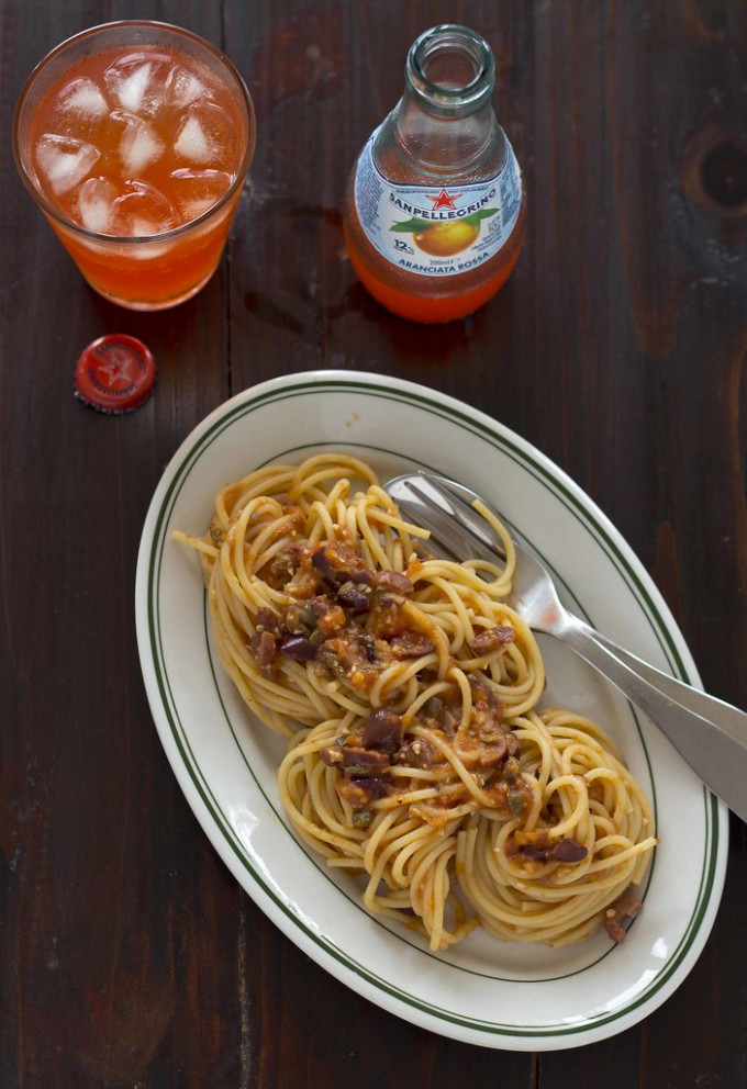 Spaghetti alla puttanesca / spaghetti with tomatoes, capers, olives, garlic, and anchovies / 酸豆番茄酱意大利买心面 - food recipes meaning