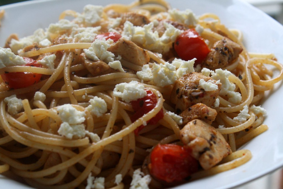 spaghetti with chicken, feta and cherry tomatos - food recipes online