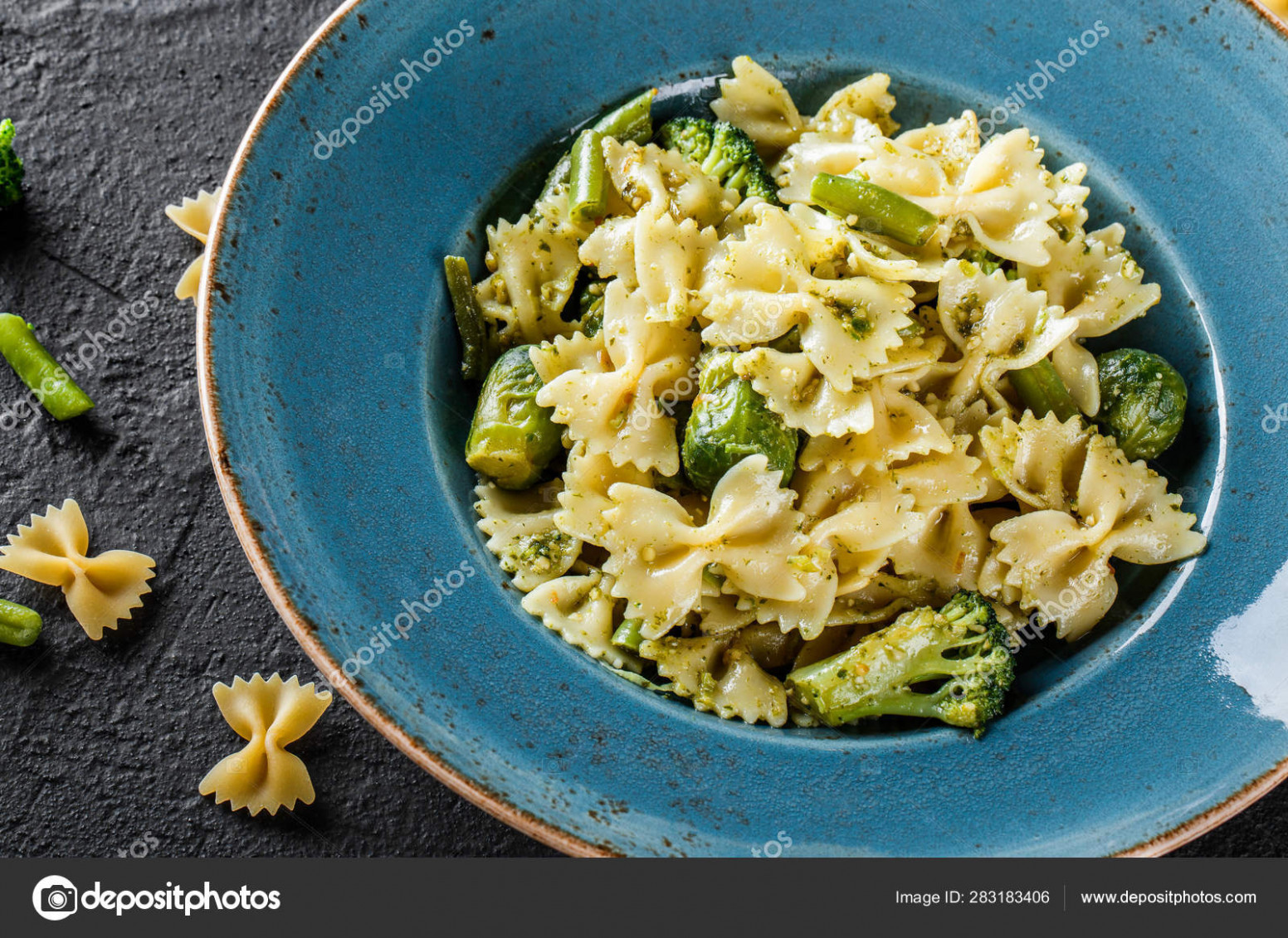 Vegan Farfalle Pasta In A Spinach Sauce With Broccoli ..
